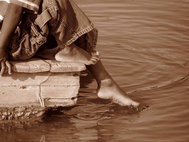 toe-in-water-772773_640
